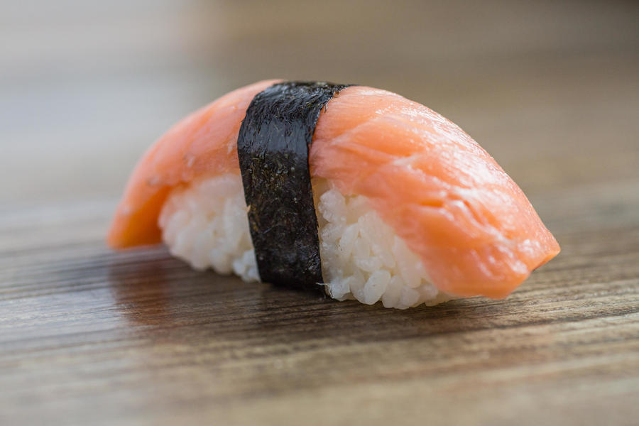 Сяке-кунсей-суши с малосоленой неркой